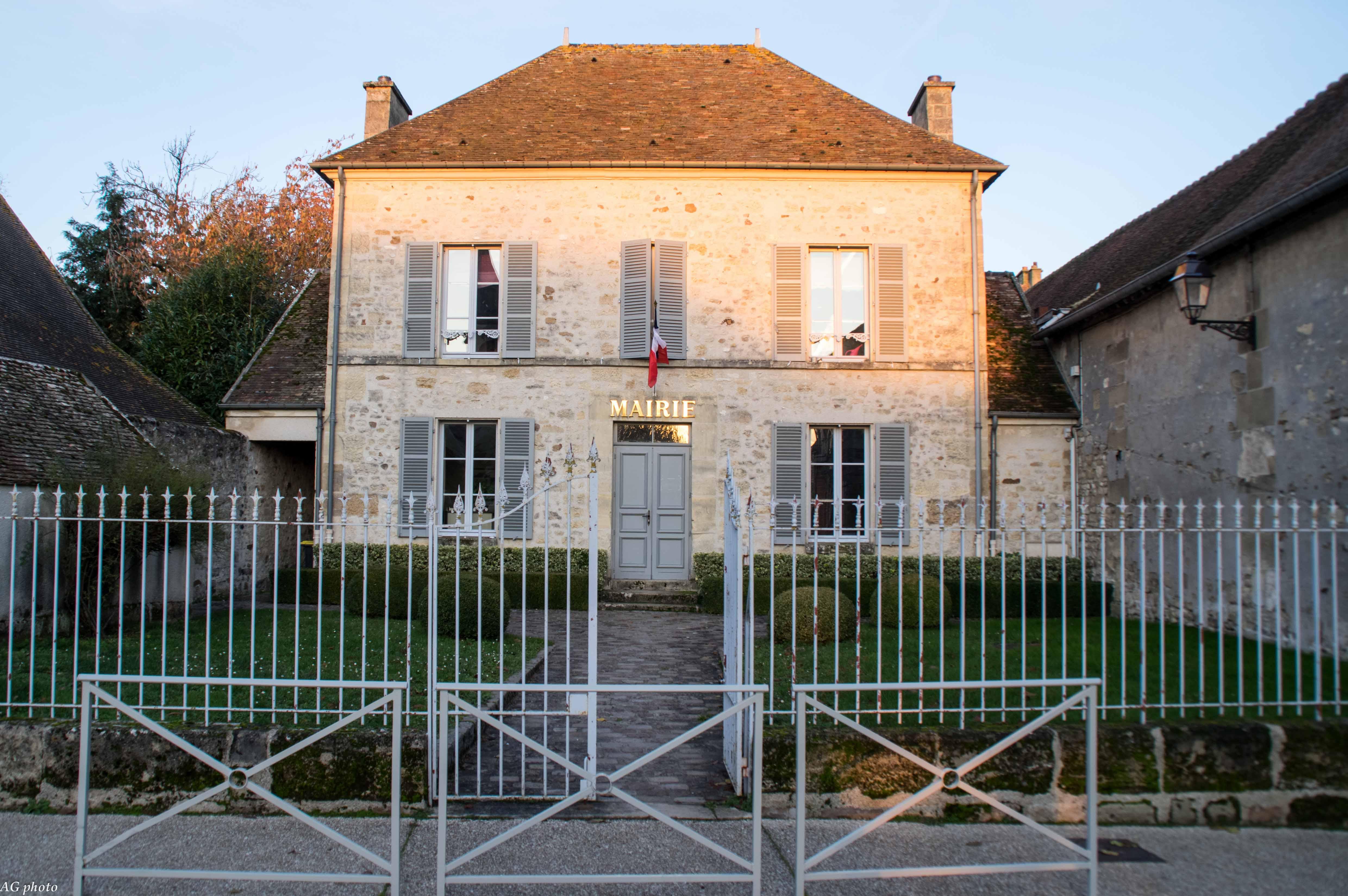façade de la mairie de Commeny